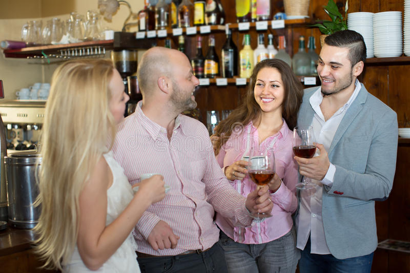 在酒吧的年轻愉快的成人 库存照片