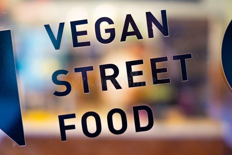 在酒吧窗口的素食主义者街道食物黑文本在华沙 免版税图库摄影