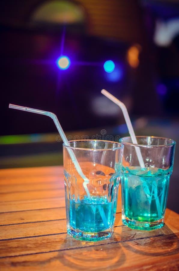 在酒吧背景的蓝色鸡尾酒 库存照片