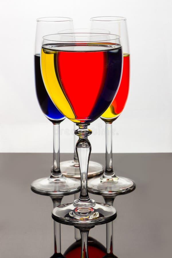 在酒杯的黄色,红色,蓝色条纹 免版税库存图片