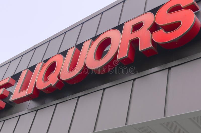 在酒精商店之外的减速火箭的Liqour标志 库存图片