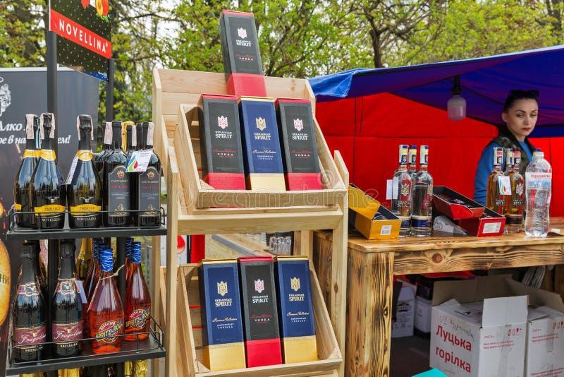 在酒节期间的乌克兰精神伏特加酒摊在基辅,乌克兰 库存图片