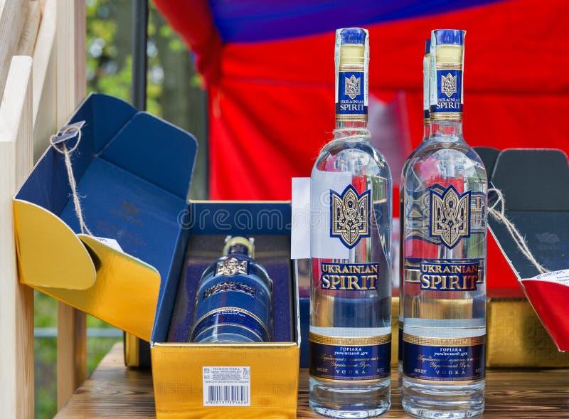 在酒节期间的乌克兰精神伏特加酒摊在基辅,乌克兰 库存照片