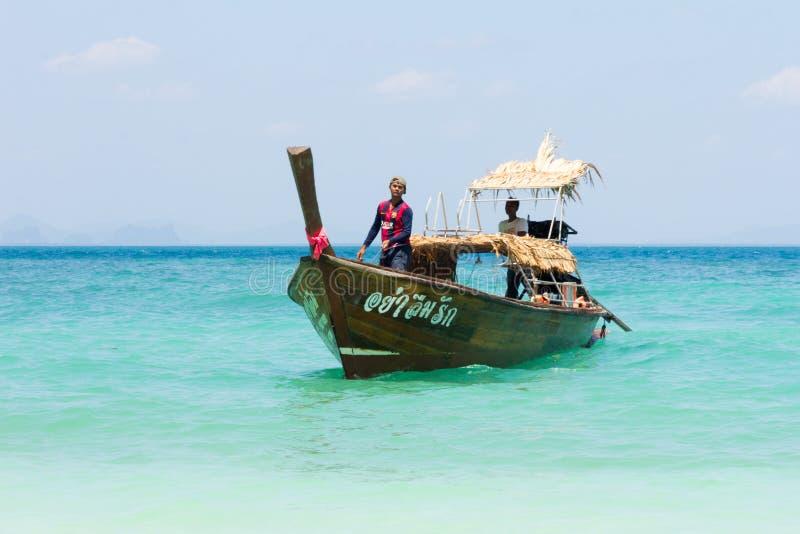 在酸值老挝人梁,董里,泰国的传统长尾巴渔船 库存照片