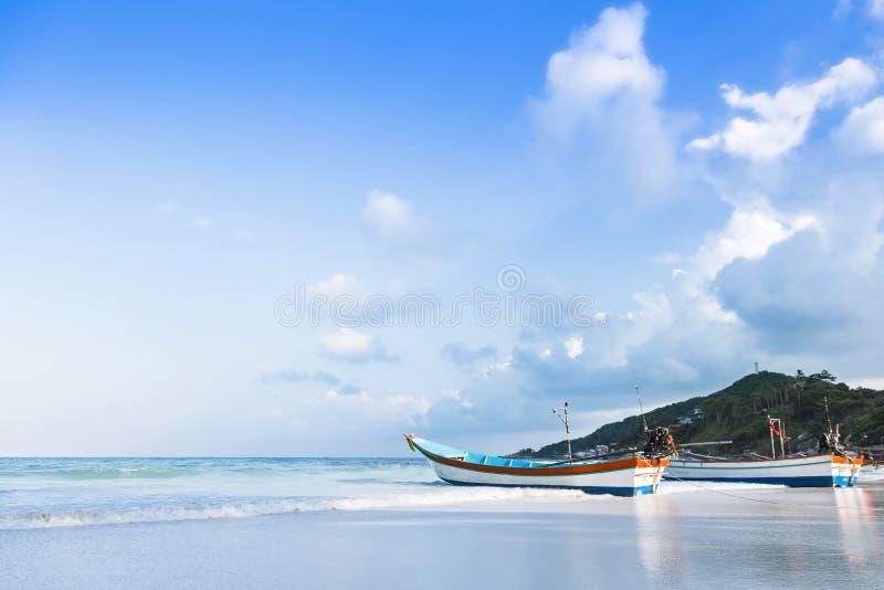 在酸值苏梅岛海岛上的渔船在泰国 库存照片