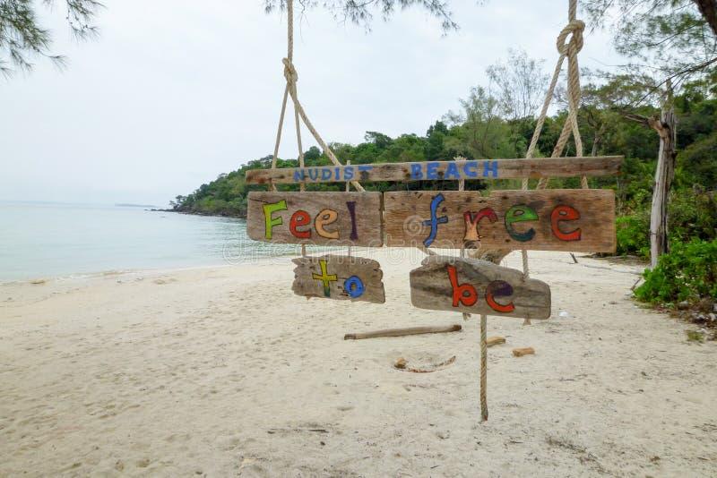 在酸值荣Sanloem海岛的裸体晒日光浴的被允许的标志 库存图片