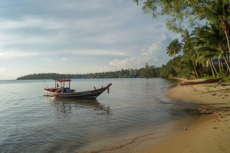 在酸值阁帕岸岛海滩的美好的日落与小船和明亮的太阳的,在泰国 图库摄影