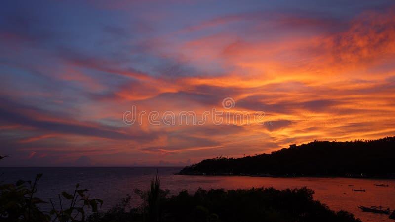 在酸值陶,素叻府的变暗的天空微明 免版税库存照片