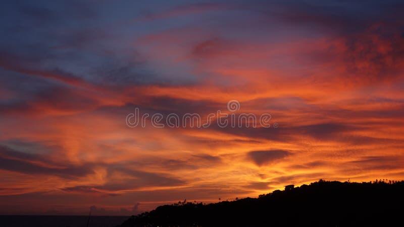 在酸值陶,素叻府的变暗的天空微明 库存照片
