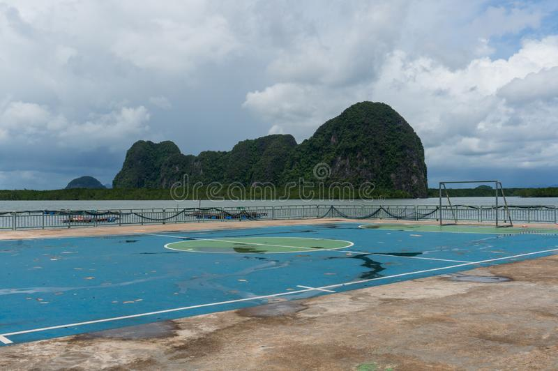 在酸值Panyee浮动村庄的足球场  库存图片