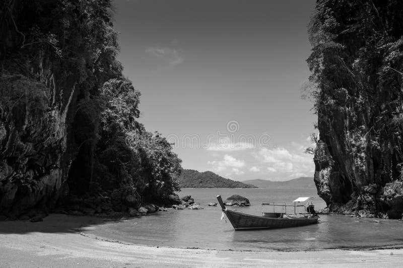 在酸值Talabeng海滩的长尾巴小船在酸值朗塔,甲米府,泰国附近的 库存图片