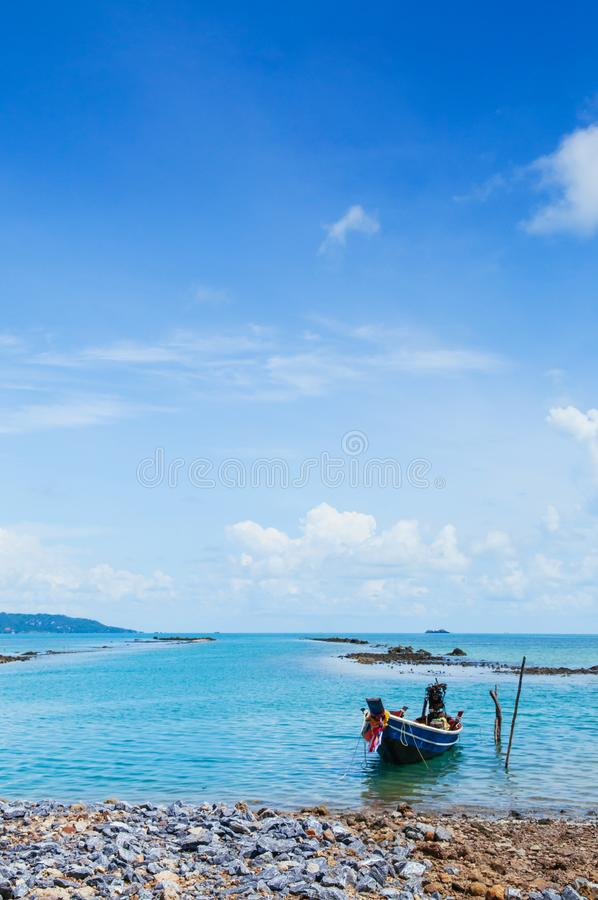 在酸值Tean的泰国Longtail渔船在summ的苏梅岛海岛附近 免版税库存图片