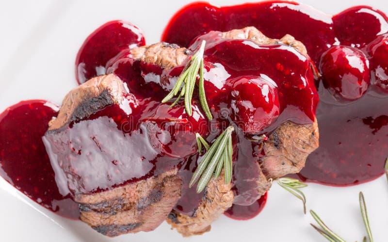 在酸果蔓酱的切的肉在板材 免版税图库摄影