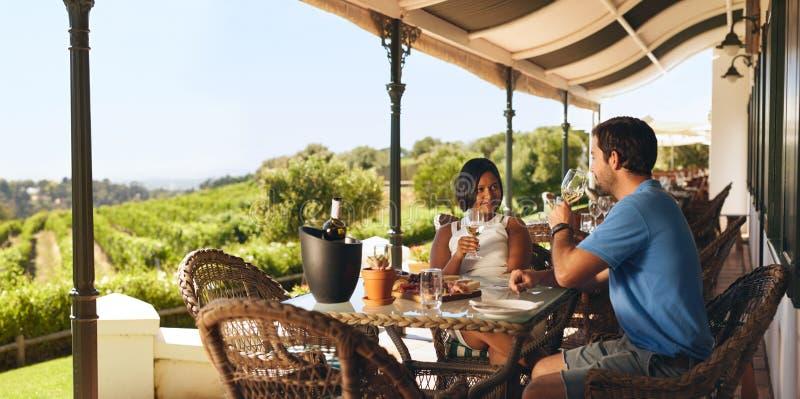 在酿酒厂餐馆结合享用一杯酒 免版税图库摄影
