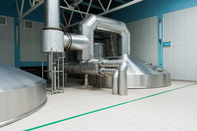 在酿酒者工厂的钢发酵大桶 免版税库存图片
