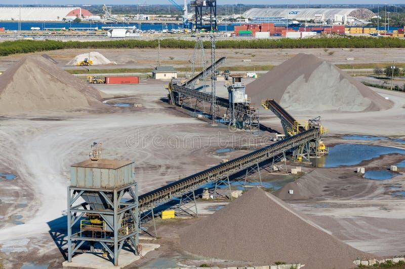 在采矿和运输操作的传动机 库存图片