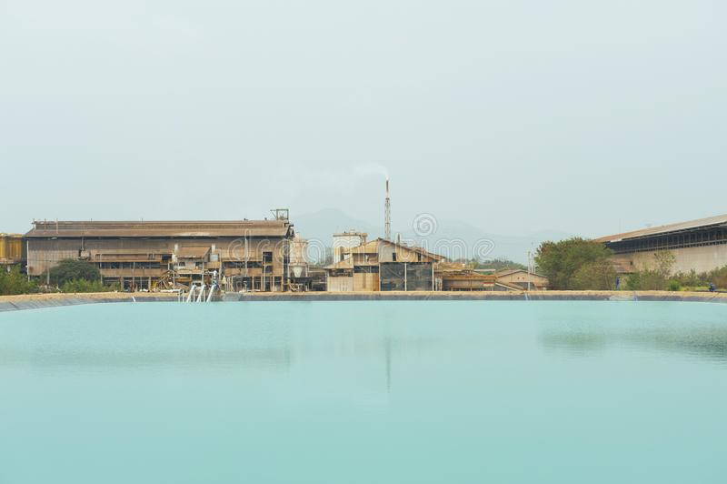 在采矿工厂背景的被回收的水 库存图片