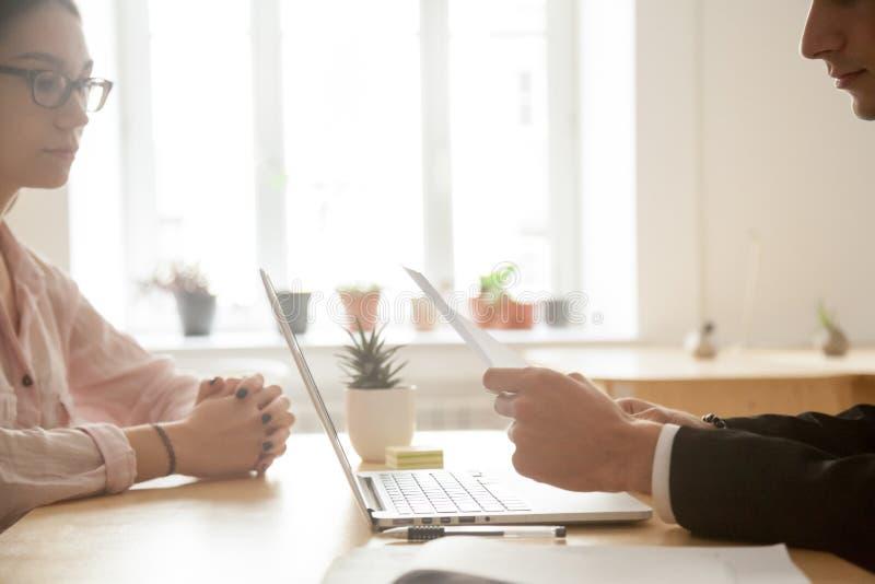 在采访中的男性雇主读书求职者简历 免版税库存图片