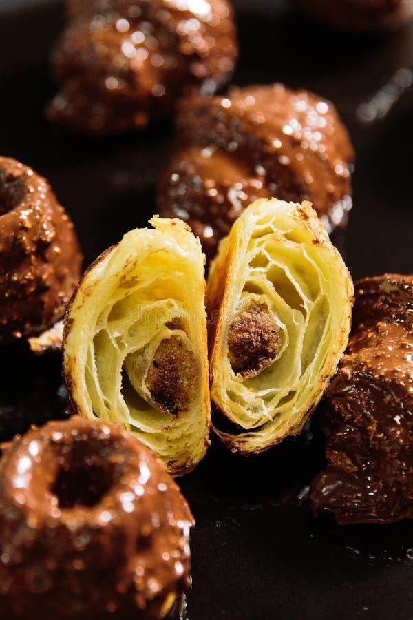 Download 在釉的巧克力新月形面包 库存图片. 图片 包括有 沙漠, 巧克力, 制动手, 投反对票, 新月形面包, 新鲜 - 105465507
