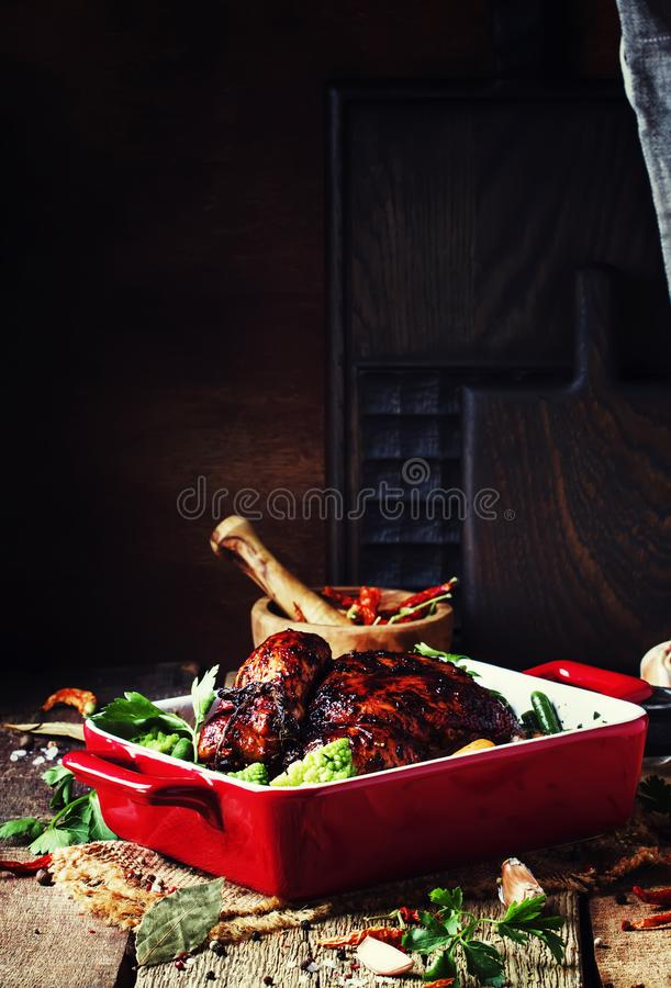 在釉的被烘烤的鸡与菜以烘烤的红色形式  图库摄影