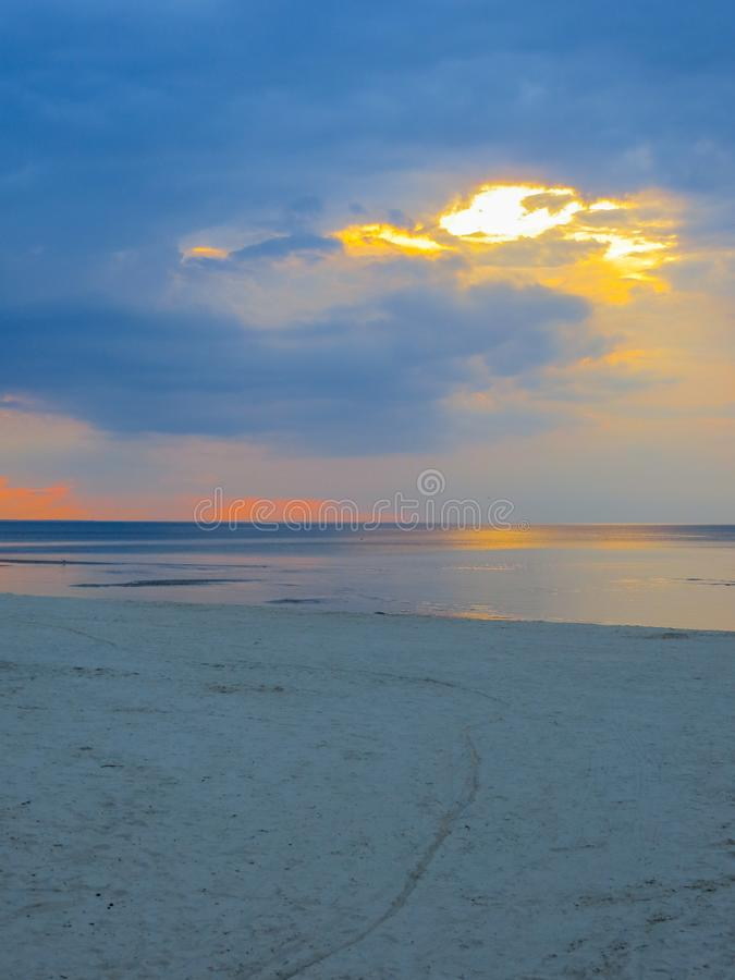 在里加湾的岸的微明在Jurmala 波罗的海,拉脱维亚,欧洲 图库摄影