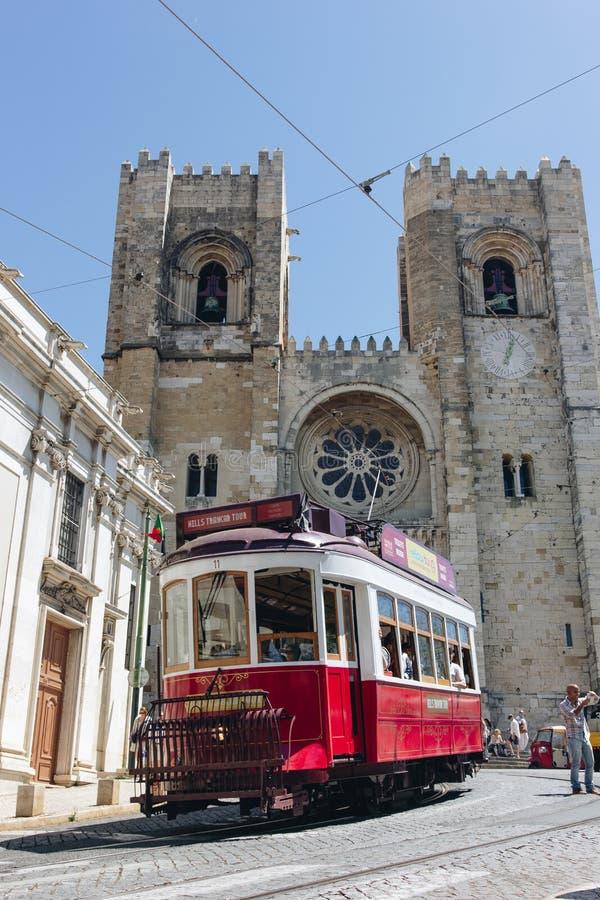 在里斯本大教堂前面的老电车,葡萄牙 库存图片