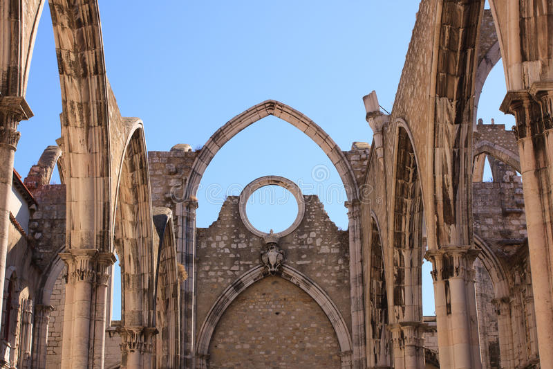 在里斯本打开我们的迦密山的夫人哥特式教会屋顶  免版税图库摄影