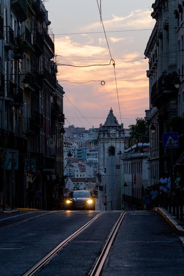在里斯本紧的街道的汽车方法 免版税库存图片