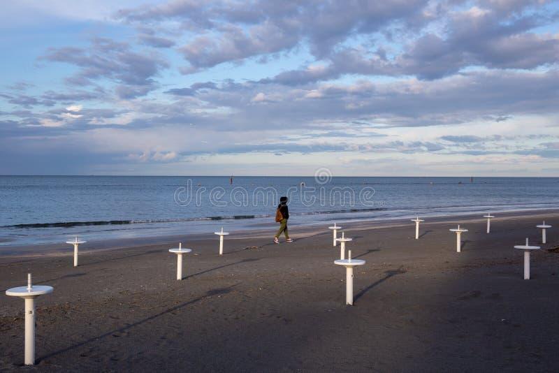 在里米尼和里乔内附近的里维埃拉Romagnola海滩,有典型的伞支持;没人;荒芜心情 图库摄影