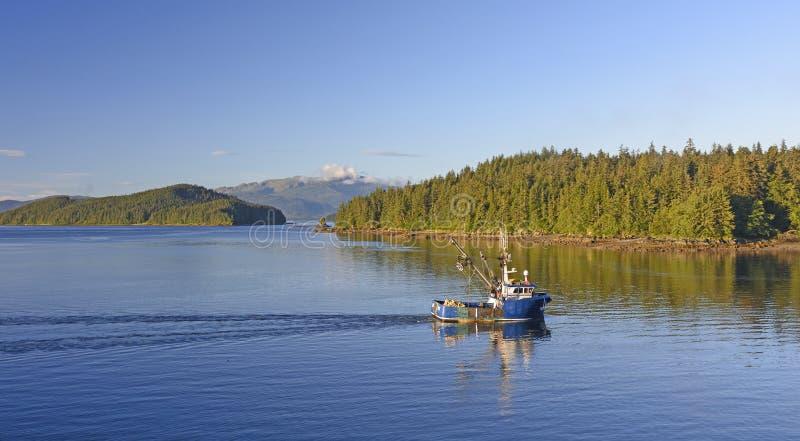在里面段落的清早渔船 免版税库存照片
