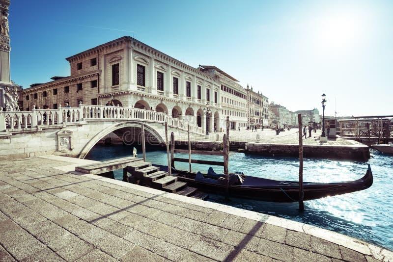 在重创的运河,圣Marco,威尼斯的传统长平底船 库存图片