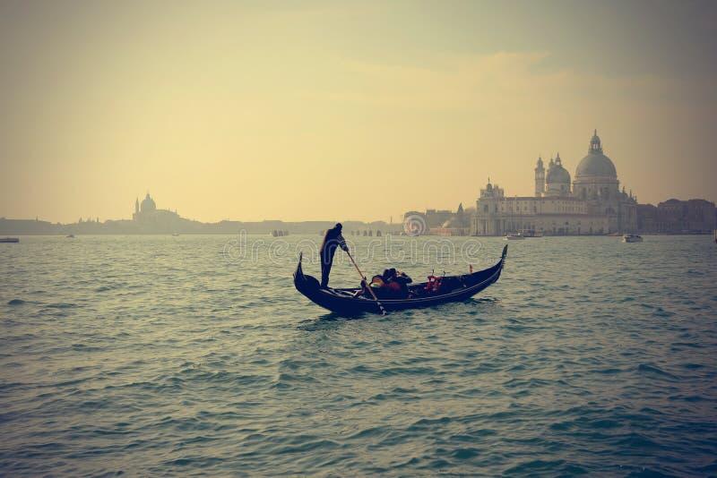 在重创的运河,威尼斯的传统长平底船 库存照片