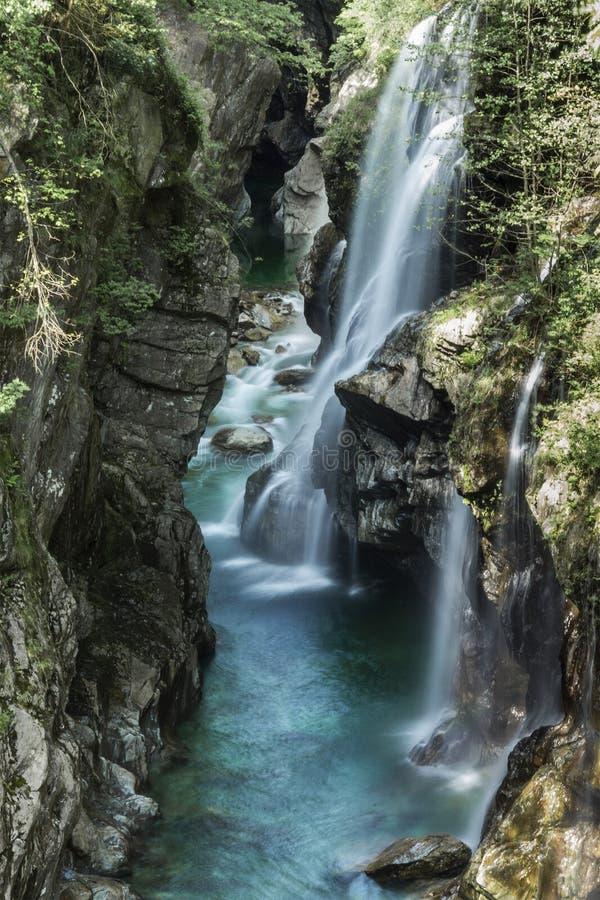 在重创的Val的瀑布,山麓 图库摄影