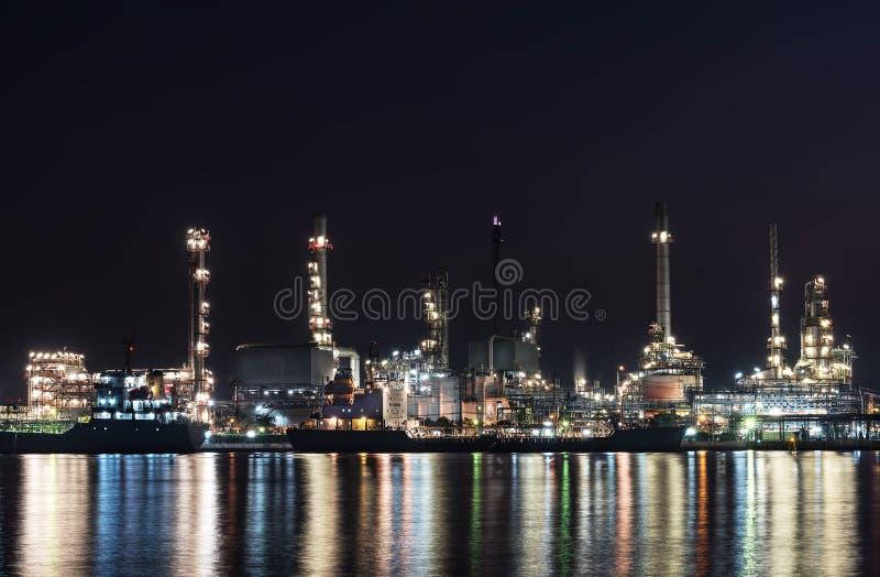 在重工业的炼油厂石油化学制品 图库摄影
