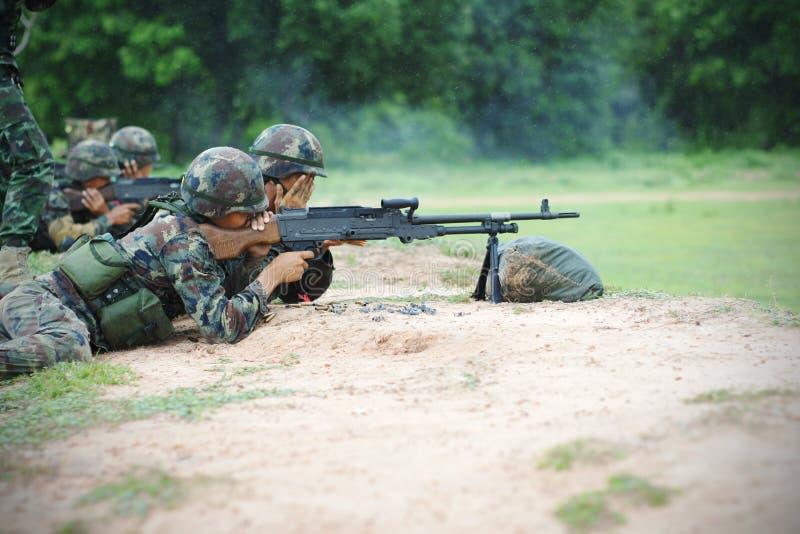 在重炮钻子的泰国军队。 库存图片
