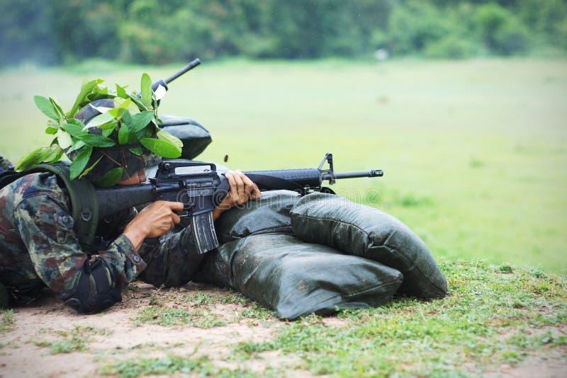 在重炮钻子的泰国军队 图库摄影