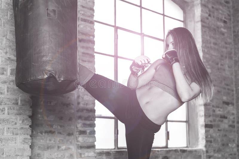 在重的袋子的Kickboxer训练 库存照片
