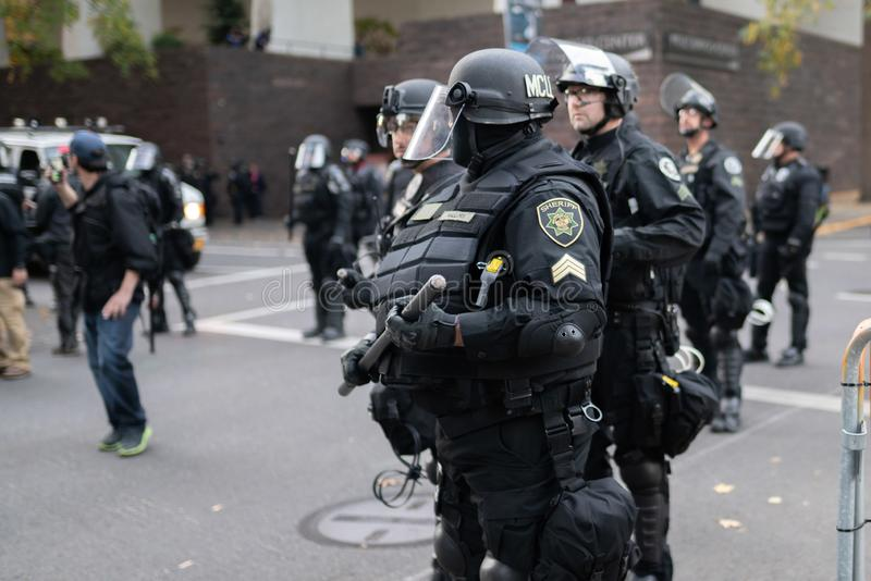 在重的防暴装备的警察在市民骚乱期间 库存图片