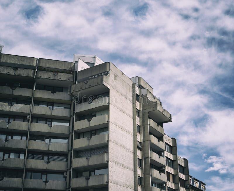 在野兽派高科技建筑学样式做的大厦 免版税库存照片