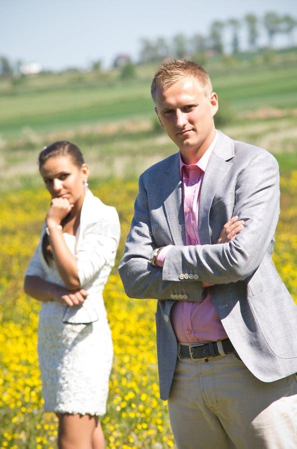 在野花的领域的夫妇 免版税库存图片
