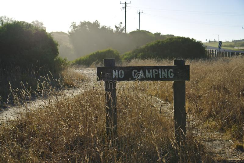 在野草的没有野营的标志 免版税库存照片
