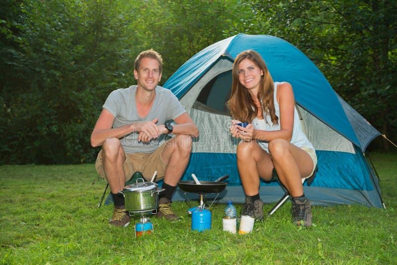 在野营的夫妇 免版税图库摄影