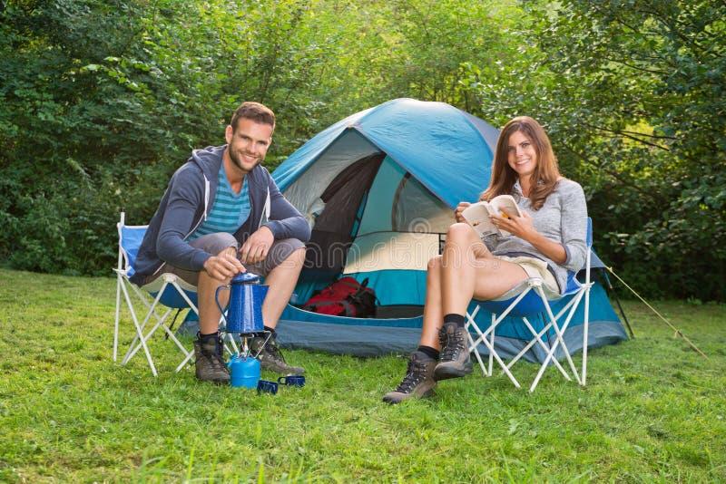 在野营的夫妇 免版税库存照片