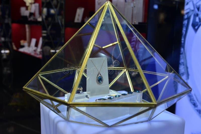 在金刚石形状陈列室的蓝色珠宝 免版税图库摄影