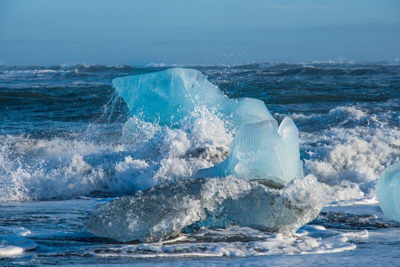 在金刚石海滩海岸的冰山在冰河湖附近的在南冰岛 免版税图库摄影