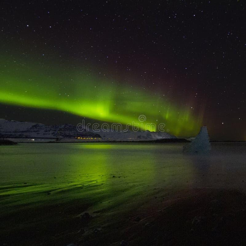 在金刚石海滩的令人惊讶的北极光 库存照片