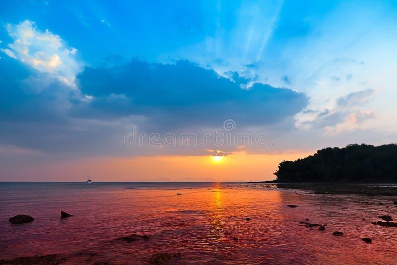 在金刚石海的海岸的美好的日落 免版税库存照片
