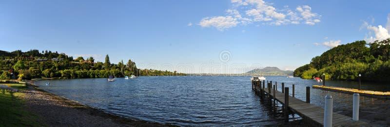 在金合欢海湾,北岛新西兰的跳船 库存照片