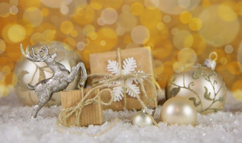 在金子、银和白色的圣诞节装饰与礼物盒 免版税库存照片