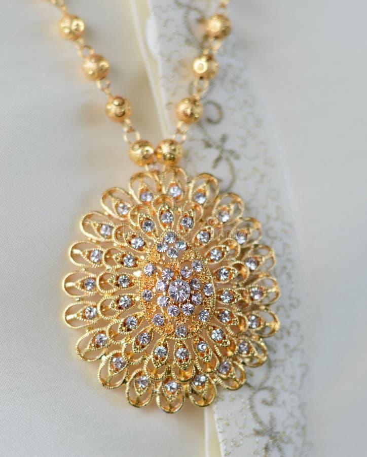 在金子和石头的美丽的别针首饰 免版税图库摄影
